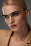 Eyewear de femmes Belle femme d'affaires en verres noirs de mode image stock