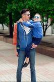 Eyewear pojęcie Młody elegancki ojciec z młodym rozochoconym s Zdjęcia Stock