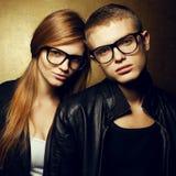 Eyewear pojęcie Portret miedzianowłosi moda bliźniacy w czerni ubraniach Fotografia Royalty Free