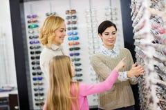 Eyewearen shoppar har stort val av olika ramar för exponeringsglas fotografering för bildbyråer