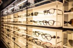 Eyewearskärmställning mycket av lyxiga exponeringsglas i Cagliari, Sardegna på November 2018 royaltyfria bilder