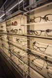 Eyewearskärmställning mycket av lyxiga exponeringsglas i Cagliari, Sardegna på November 2018 royaltyfri foto