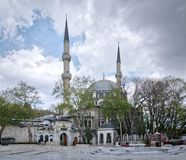 Eyup在伊斯坦布尔,在金黄垫铁附近的土耳其Eyup区位于的苏丹清真寺外部天射击  库存图片