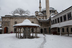 Eyup Sultan Mosque con nieve en Estambul Imagen de archivo