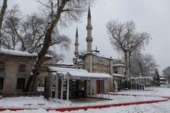 Eyup Sultan Mosque met sneeuw in Istanboel Stock Foto's