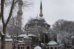 Eyup Sultan Mosque mit Schnee in Istanbul Lizenzfreie Stockbilder