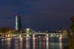 EZB budynek w Frankfurt podczas błękitnej godziny z zaświecającym mostem fotografia royalty free
