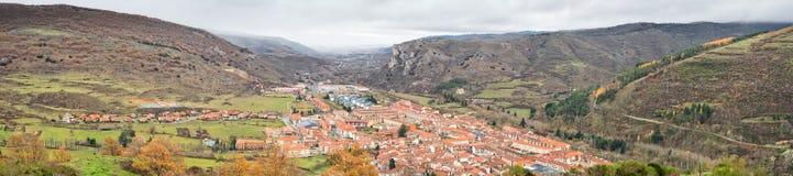 Ezcaray panoramasikt Arkivfoton