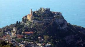 Eze村庄法国海滨、CÃ'te d ` Azur,地中海海岸, Eze、圣特罗佩、戛纳和摩纳哥 大海和豪华游艇 库存图片