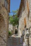 Eze, Frankrijk - mening van gebouwen en smalle gang Stock Afbeelding
