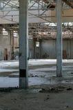 Fábrica abandonada 15 (foco en las 2 columnas) Foto de archivo libre de regalías