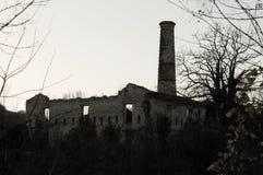 Fábrica abandonada com uma chaminé fotografia de stock