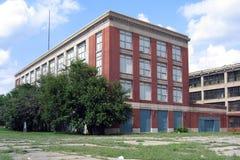 Fábrica abandonada con las oficinas atadas Foto de archivo libre de regalías