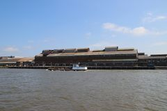 Fábrica abandonada vieja a lo largo del riverbank del río Noord en Alblasserdam en los Países Bajos imagenes de archivo