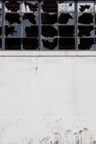 Fábrica abandonada Windows roto Warehouse y pared Fotos de archivo