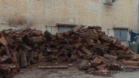 Fábrica asiática da indústria de vestuário: Ext Pan Across Wood Pile video estoque