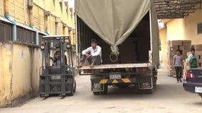 Fábrica asiática da indústria de vestuário: O caminhão branco entra no composto da fábrica do vestuário filme