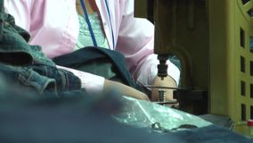Fábrica asiática da indústria de vestuário: Telephoto Jean Button Stamper vídeos de arquivo