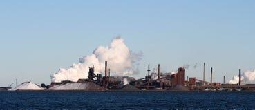 Fábrica com nuvem de fumo Imagens de Stock Royalty Free