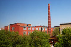 Fábrica con la chimenea del ladrillo Imagen de archivo