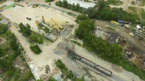 Fábrica concreta velha com transporte, torres do armazenamento e antena do trem da carga filme