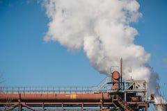 A fábrica conduz o fumo Fumo das tubulações NLMK Produção de casco metallurgy foto de stock royalty free