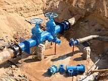 Fábrica da água da bebida Da renovação encanamentos no subsolo, portas da válvula e tubulações do metal fotos de stock