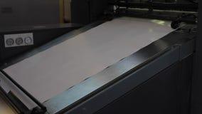 Fábrica da cópia, máquina da tipografia no trabalho, papel no slider video estoque