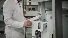 Fábrica da produção do microchip, coordenador que verifica o processo Montando a placa Perito de computador manufacturing video estoque