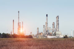 Fábrica da refinaria de petróleo Fotos de Stock