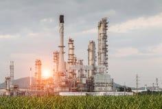 Fábrica da refinaria de petróleo na manhã Imagens de Stock Royalty Free