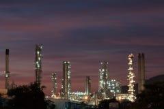Fábrica da refinaria de petróleo na noite Fotos de Stock Royalty Free