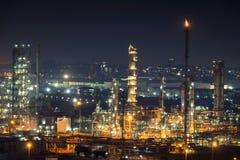 Fábrica da refinaria de petróleo no crepúsculo Foto de Stock