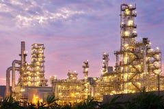 Fábrica da refinaria de petróleo no crepúsculo Fotos de Stock Royalty Free