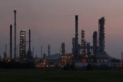 Fábrica da refinaria de petróleo no nascer do sol Foto de Stock