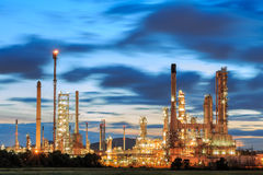 Fábrica da refinaria do IL no crepúsculo Imagem de Stock Royalty Free