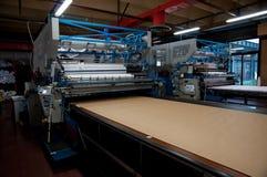 Fábrica da roupa - automaticamente cortando a matéria têxtil foto de stock royalty free