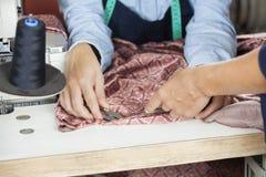 Fábrica de costura de Instructing Employee In del sastre fotografía de archivo