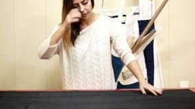 Fábrica de costura Una mujer trabaja para una compañía de la adaptación La costurera revela el paño para el modelo almacen de metraje de vídeo