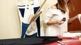 Fábrica de costura Una mujer trabaja para una compañía de la adaptación La costurera revela el paño para el modelo almacen de video