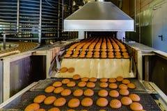 Fábrica de la confitería Cadena de producción de las galletas de la hornada fotos de archivo