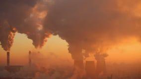 Fábrica de la contaminación en el amanecer almacen de metraje de vídeo