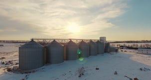 Fábrica de la industria de la agricultura en un día de invierno soleado metrajes