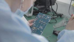 Fábrica de la producción del microchip Proceso tecnológico Junta del tablero viruta profesional técnico Ordenador almacen de video
