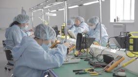 Fábrica de la producción del microchip Proceso tecnológico Junta del tablero viruta profesional técnico Ordenador metrajes