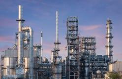 Fábrica de la refinería de la industria de petróleo en la puesta del sol fotografía de archivo libre de regalías
