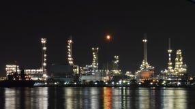 Fábrica de la refinería de petróleo Imágenes de archivo libres de regalías