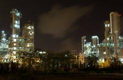 Fábrica de la refinería de petróleo en la noche Fotos de archivo