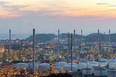 Fábrica de la refinería de la planta petroquímica y de la industria de petróleo en la noche imagenes de archivo