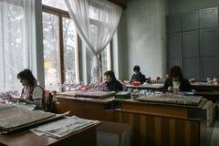 Fábrica de las bolas de la Navidad Fotos de archivo